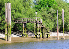 Freistehende Wassertreppe aus Holz bei Ebbe im Hamburger Moldauhafen.