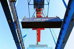 Ein Container wird an Land gebracht - Fotos vom Containerterminal Burchardkai im Hamburger Hafen.