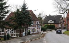 Wohnhäuser am Moorburger Elbdeich - Fachwerkhaus an der Strasse.