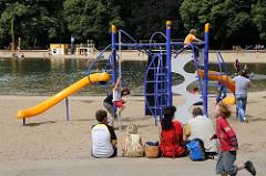 KLettergerüst auf dem Spielplatz am Planschbecken des Winterhuder Stadtparks.