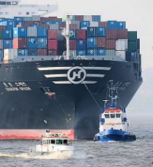 Bug des Frachtschiffs HANJIN SPAIN auf der Elbe - ein Hafenschlepper unterstützt den Frachter bei seiner Fahrt an den Liegeplatz - eine Barkasse überholt das Riesenschiff.