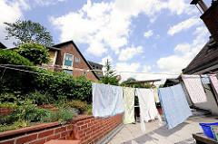Wäsche auf der Leine in einem Hinterhof eines Wohnhauses von Blankenese.