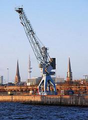 Hafenkran am Versmannkai / Baakenhafen - im Hintergrund die Türme von der Petrikirche, Telemichel / Fernsehturm und der St. Jacobikirche. (2007)