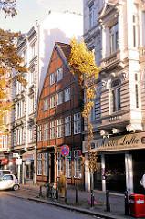 Strasse Lange Reihe im Szeneviertel Hamburg St. Georg - historisches Fachwerkhaus, steht unter Denkmalschutz, Wohnhäuser im Architekturstil des Historismus.