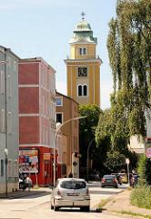 Kirchturm der St. Franz Joseph Kirche in Hambug Wilstorf - Gründerzeitarchitektur mit bunter Fassade.