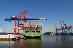 Hafenbecken auf Hamburg Waltershof - Heck eines Containervessels am EUROGATE Terminal unter Containerbrücken - Ablegen eines Containerschiffs.