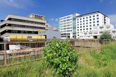 Endstück des Sonninkanals in Hamburg Hammerbrook - ADAC Gebäude; Kanalufer mit Grünpflanzen und jungen Bäumen bewachsen.