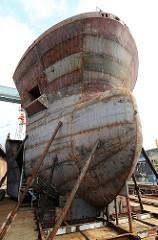 Schiffsbug im Rohbau - Wulstbug eines Containerschiffs - verschweisste Stahlplatten.