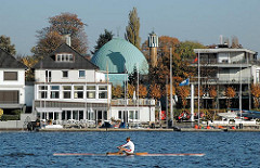 Ruderboot auf der Hamburger Aussenalster - Ruderclub und Kuppel der Imam Ali Moschee an der Schönen Aussicht.