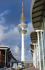 Hamburger Fernsehturm / Heinrich Hertz Turm - Fassade der Messehallen; Bilder aus dem Hamburger Stadtteil St. Pauli.