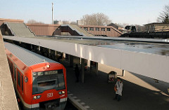 S-Bahn Zug nach Wedel - Bahnsteig Haltestelle Berliner Tor.