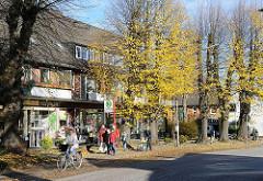 Geschäfte und Passanten an der Bushaltestelle - Poppenbüttler Hauptstrasse.