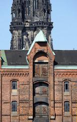 Gebäude der Speicherstadt - Kirchturm der St. Nikolaikirche - Hamburgbilder aus den Stadtteilen.
