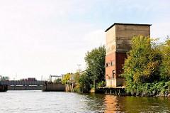 Altes Gebäude am Ufer des Querkanals in Hamburg Steinwerder - im Hintergrund der Reiherstieg.