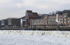 Treibeis auf der Elbe - Winter in Hamburg - Kaianlage in Altona - Fassade Altonaer Kaispeicher.