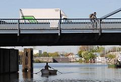 Klappbrücke am Veritaskai - Ruderboot im Harburger Hafen.