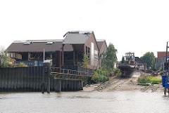 Werft auf Finkenwerder - Slipanlage mit Schiff am Ufer des Köhlfleets.