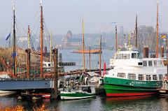 Blick über den Hafen von Hamburg Finkenwerder - im Hintergrund wird eine Schute geschleppt - Lotsenstation am Seemannshoeft.