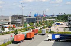 Logistikfirmen im Hamburger Stadtteil Altenwerder, geparkte Sattelschlepper mit Containern auf den Aufliegern. Im Hintergrund die Containerkräne vom Waltershofer Hafen an der Elbe.