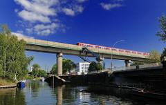 Eisenbahnbrücke bei der Brandshofer Schleuse - S-Bahnzug über dem Kanal im Hamburger Stadtteil Hammerbrook.