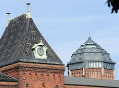 Hamburger Architektur - Architekurfotos aus den Hamburger Stadtteilen - Giebel eines Gebäudes am Alten Schlachthof in Hamburg St. Pauli - Kuppel des Wasserturms Sternschanze.