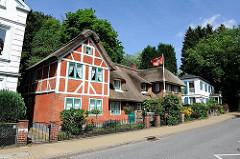 Restauriertes Fischerhaus in Fachwerkbauweise mit Reetdach in Hamburg Blankenese.