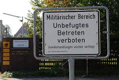 Warnschild am Eingang der Reichspräsident-Ebert-Kaserne in Hamburg Iserbrook - Militärischer Bereich - Unbefugtes betreten verboten - Zuwiderhandlungen werden verfolgt. Gefährdungsstufe ALPHA.