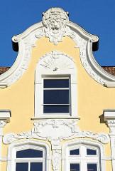 Giebel eines Etagenhauses im Stil des Historismus - Stuckdekor an der Hausfassade.
