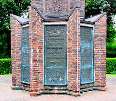 """Denkmal in einer Grünanlage in Hamburg Lokstedt - 1. Weltkrieg1914/18; Inschrift """"Den Gefallenen zum Gedächnis - Den Lebenden ein Vermächtnis - Dem Vaterland der Schwur."""""""