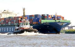 Schlepper Bugsier 9 - Bug des Containerschiffs Hyundai Courage auf der Elbe im Hamburger Hafen.
