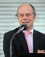 Corny Littman am Mikrofon bei der Eröffnung des Spielbudenplatzes.