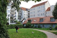 Historische Architektur in Hamburg St. Pauli - Terrassenhäuser bei der Marktstrasse - Grünanlage, Passantin mit Hund.