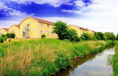 Gebäude der Siedlung Curslack und Entwässerungsgraben.