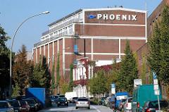 Gebäude der Harburger PHOENIX Werke in der Wilstorfer Strasse, parkende Autos.