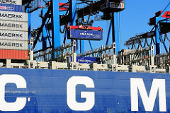 Die Containerladung des Frachters CMA CGM Christophe Colomb wird im Terminal Burcahrdkai gelöscht