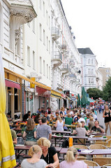 Sternschanzenviertel - Aussengastronomie auf der Sternschanze - die Gäste sitzen im freien in der Sonne. Fotos aus Hamburg - Bilder aus dem Stadtteil Sternschanze.