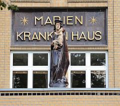 Eingang des Marienkrankenhauses - Marienskulptur an der Fassade.