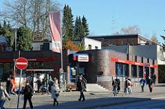 Bushaltestelle und moderne Bebauung an der Rolfinckstrasse.