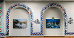 Wandnischen mit Bildern von Mekka und Medina.