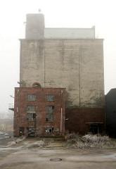 Stillgelegte Betriebsgebäude - Hansenspeicher im Harburger Binnenhafen. (2009)