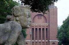 Skulptur Badende Muschelkalk an der Festwiese - goldener Schriftzug Planetarium.