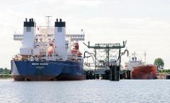 Tankschiffe an der Löschanlage im Kattwykhafen von Hamburg Wilhelmsburg. Bilder aus dem Hamburger Hafen.