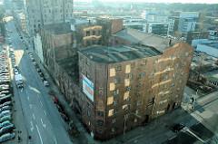Luftansicht des historischen Betriebsgebäudes der Harburger Mühlenbetrieb AG vor der Restaurierung. (2006)