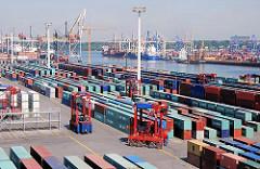 Gelände des Containerlagers Terminal EUROGATE - Van Carrier fahren durch die Reihen der Container. Auf der anderen SEite des Hafenbeckens das HHLA Container Terminal Burchardkai.
