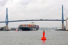 Containerfrachter NYK OLYMPUS mit Schlepper unter der Köhlbrandbrücke - das Frachtschiff fährt zum Containerterminal Altenwerder.