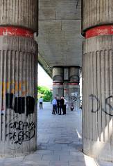S-Bahnstrecke auf Säulen geführt in Hamburg Hammerbrook / Hammerbrookstrasse.