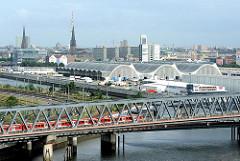 Blick über die Eisenbahnbrücke am Billhafen zu den Hallen des Gemüsemarktes am Oberhafenkanal in Hamburg Hammerbrook.