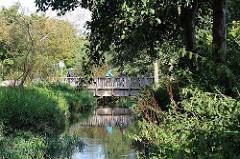 Brücke über den Bach Berner Au im Stadtteil Farmsen Berne.