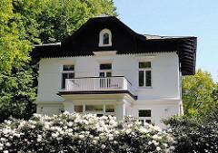 Villa im Stadtteil Osdorf - Bezirk Hamburg Altona - blühende Rhododendronbüsche im Vorgarten.