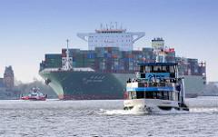 Elbfähre, Hafenfähre Wilhelmsburg in Fahrt - im Hintergrund der Containerfrachter CSCL SATURN. Der 2011 gebaute Fracher hat eine Tragfähigkeit von 165300 t und kann bei einer Länge von 366 m 14074 Container TEU transportieren. Lks. ein Ausschnitt der